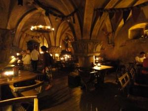 Restaurant utan elektriskt ljus. Mysigt med alla gilleljus. Vi tittade bara in i källarvalven där.